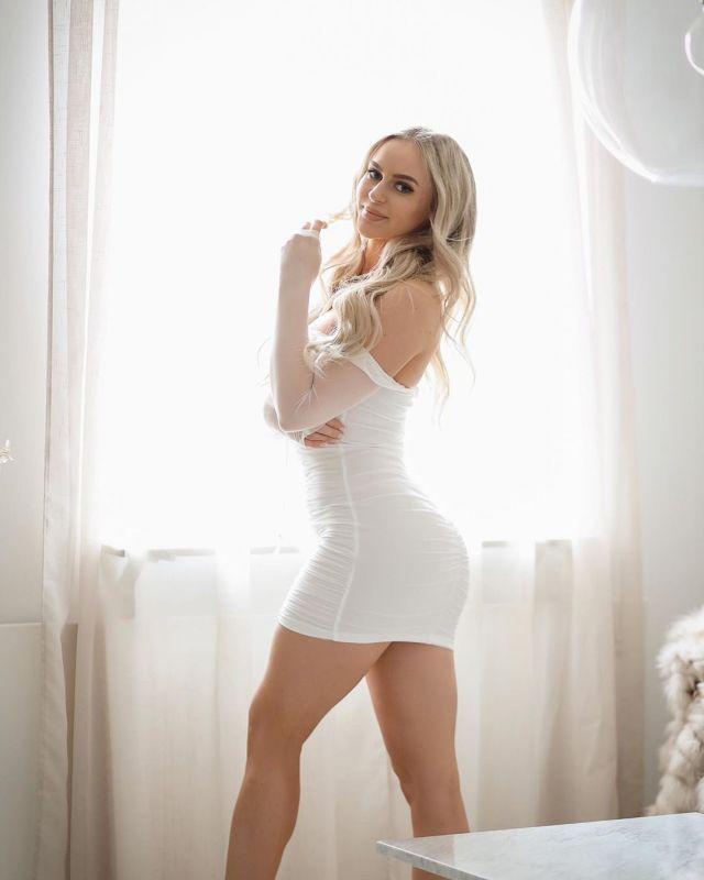 Анна Нистром в мини-платье