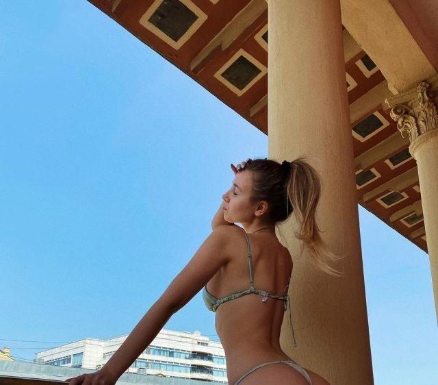 Полина Малиновская наслаждается видом в мини-бикини
