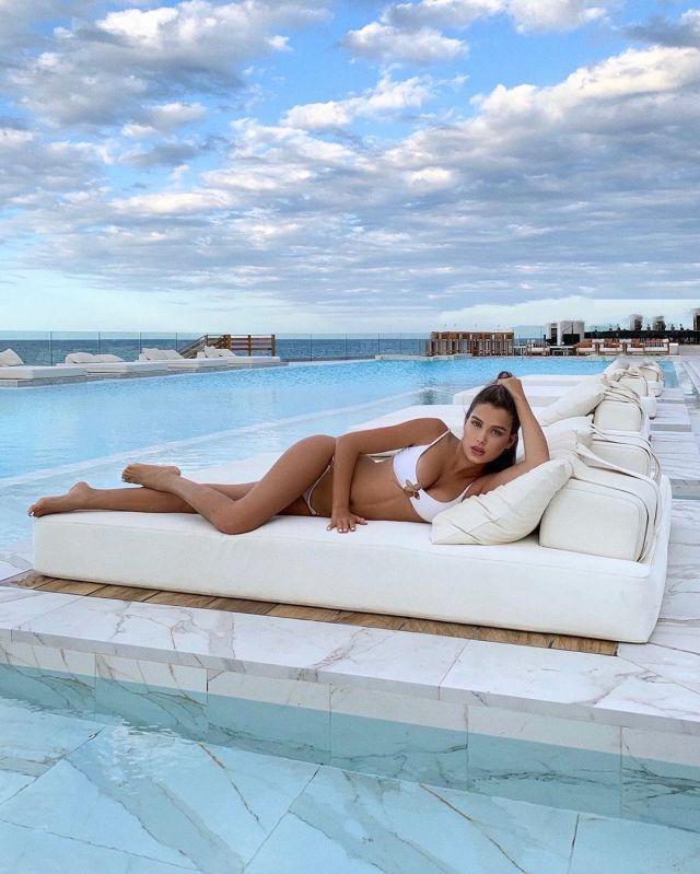 Мария Лобанова в белом купальнике