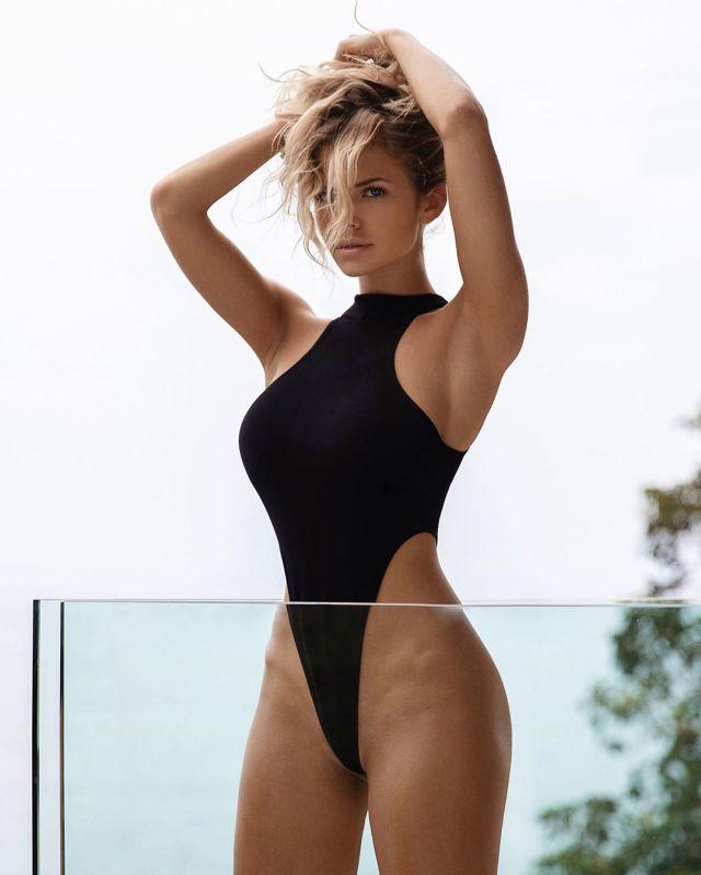 Наталья Красивина в черном купальнике
