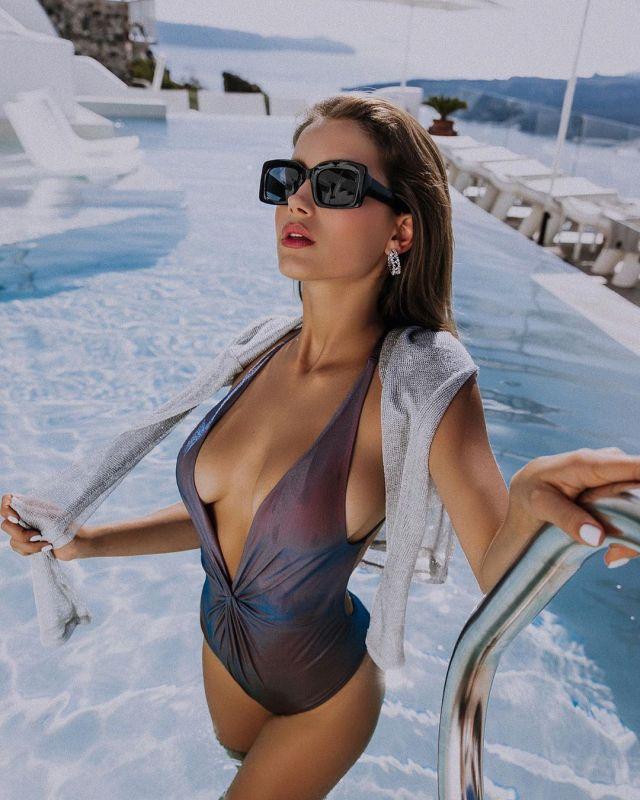 Мария Лобанова в откровенном купальнике