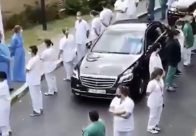 Машина бельгийского премьер-министра едет по коридору позора