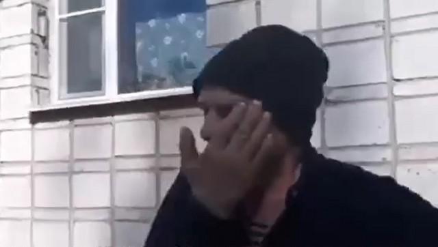 Бездомный мужчина плачет