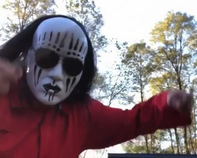 Парень в костюме Slipknot
