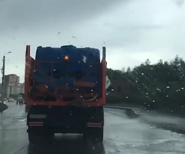 Моют дороги в дождь