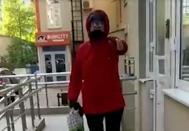 Пожилая женщина кричит