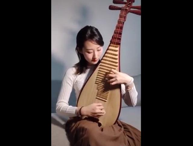 Китаянка играет