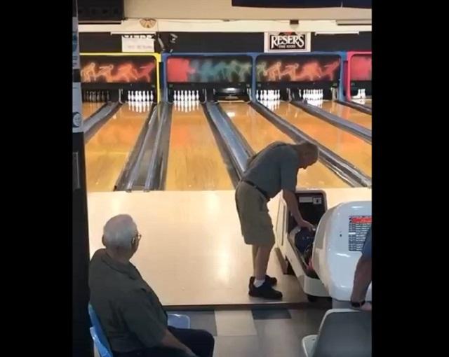 дедушка играет в боулинг