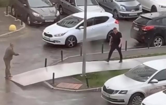 Мужчины стоят на тротуаре в Екатеринбурге