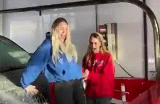 Девушки хотели помыть автомобиль