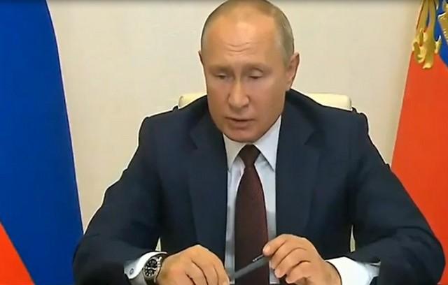Владимир Путин с ручкой в руках