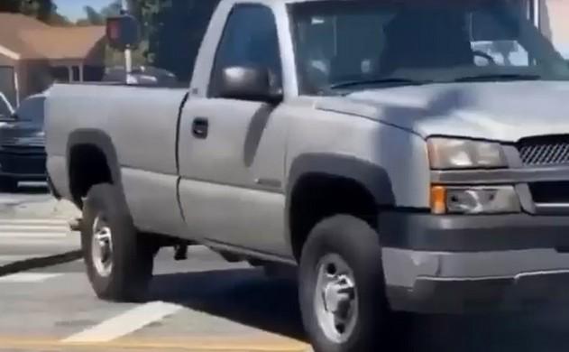 Джип едет по дороге