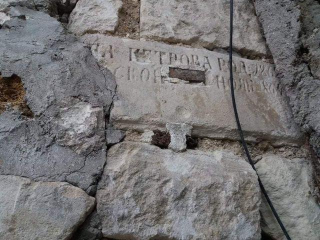 Стены из надгробных плит