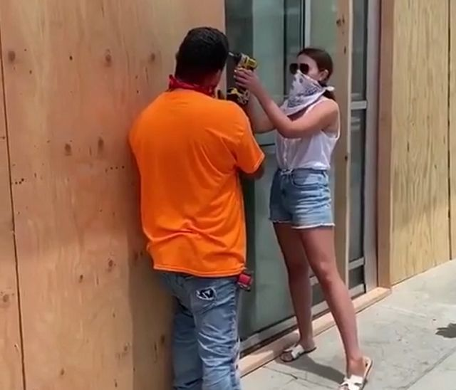 девушка с дрелью