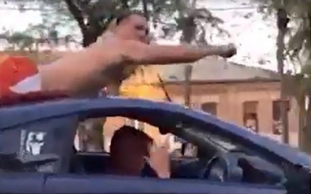 Мужчина на крыше машины в Уссурийске