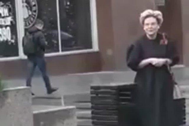Елена Малышева ходит по Москве без маски