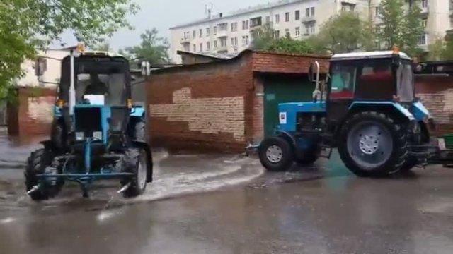 Полив московских улиц во время дождя