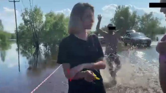В Нижневартовске девушка снимала репортаж, когда к ней пристали двое отдыхающих мужчин