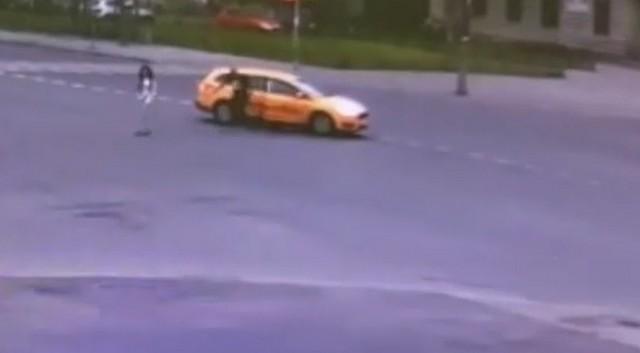 Мужчина и женщина спорят у такси