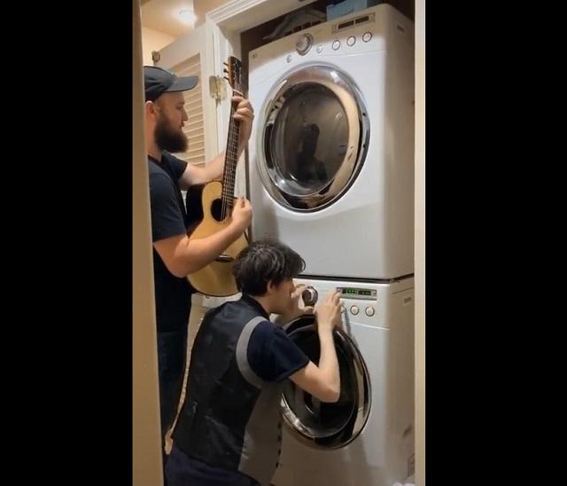 Играют на стиральной машине
