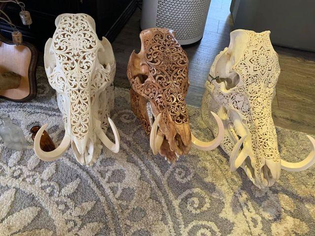 Резные черепа кабанов