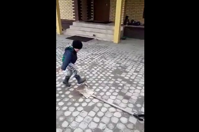 Мальчик и лопата