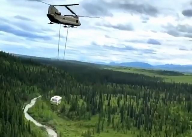 Вертолет перевозит автобус