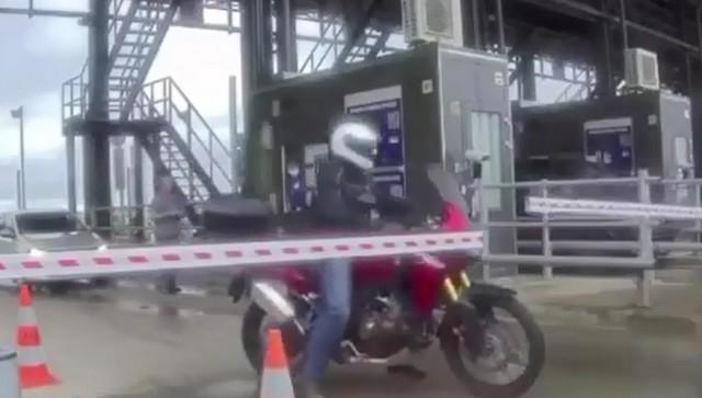 Мотоциклист и шлагбаум