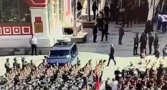 Никита Ерошенко бьет по служебному автомобилю