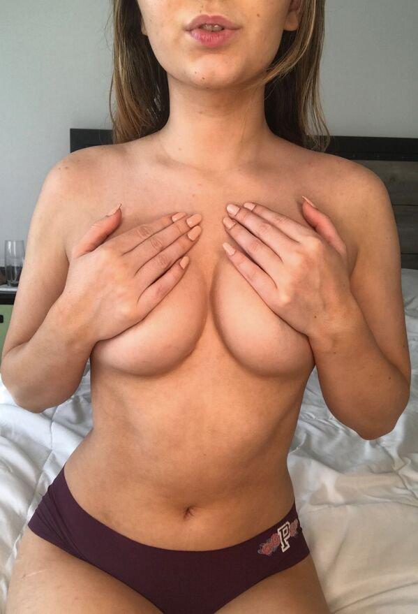 Фото для взрослых: руки вместо бюстгальтера (30 фото)