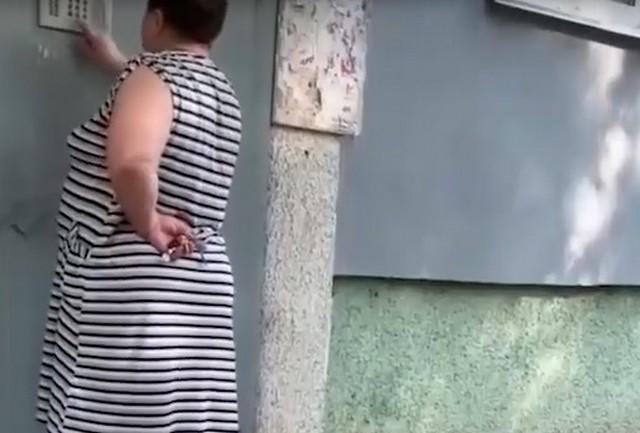 Женщина звонит в домофон