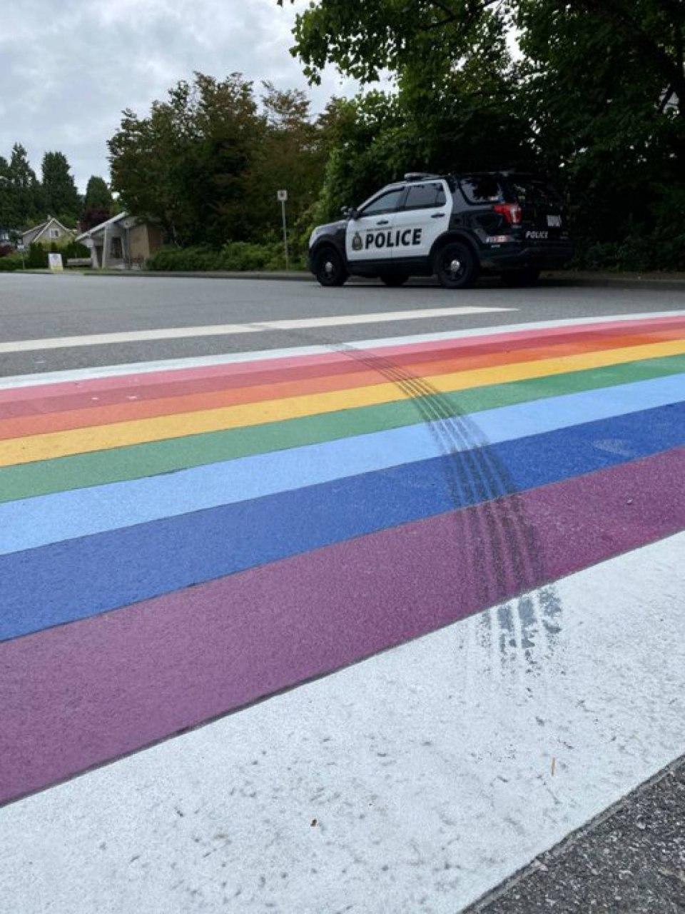 Полицейские обвинили водителя в том, что он намеренно оставил следы шин на разметке в виде флага ЛГБ (фото + видео)