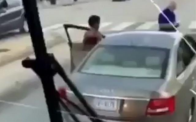 Афроамериканка садится за руль