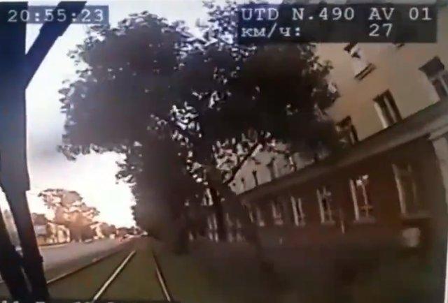 В Екатеринбурге трамвай сбил молодого человека, перебегавшего пути