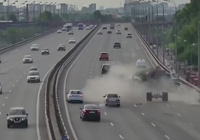 Авария с двумя грузовиками в Москве