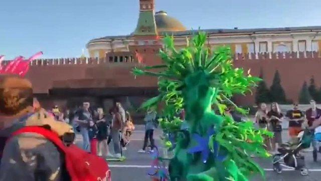 На Красной площади задержали двух людей в костюмах растений
