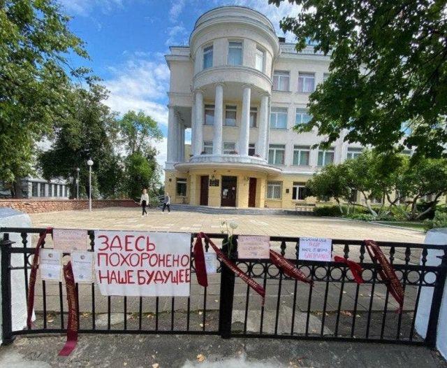 В Белоруссии выпускники школ несут свои грамоты и ленточки к школам