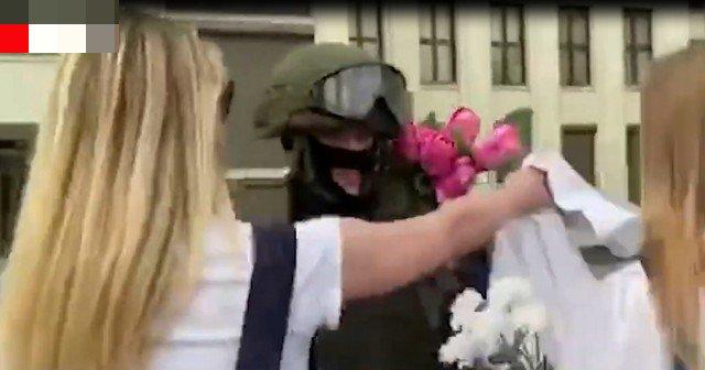 Девушки обнимают силовиков