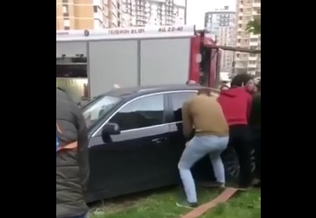 Переставляют машину