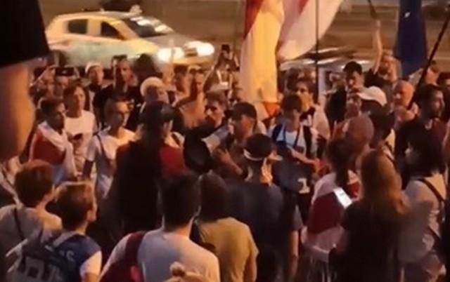 Марш Освобождения ночью дошел до тюрьмы Окрестина и требовал освобождения заключенных (4 видео)