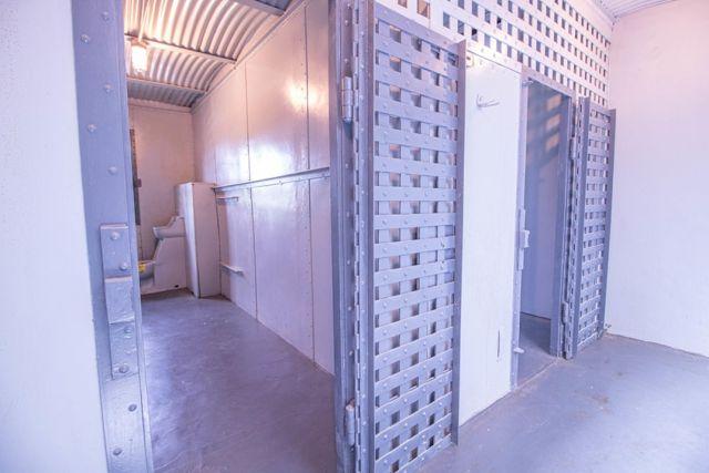 Дом с тюрьмой в подвале