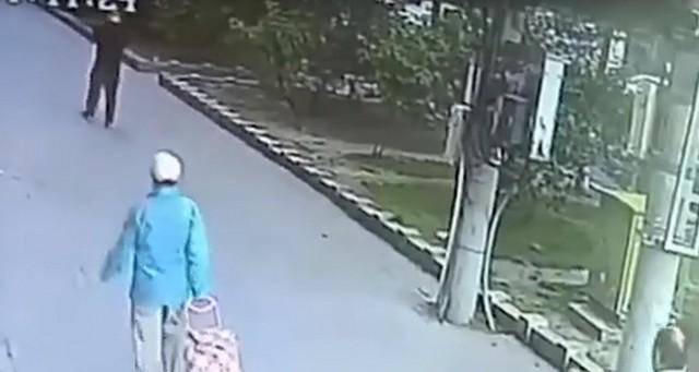 Кот упал на голову мужчине