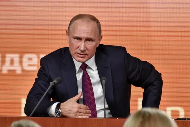 Владимир Путин в костюме на совещании