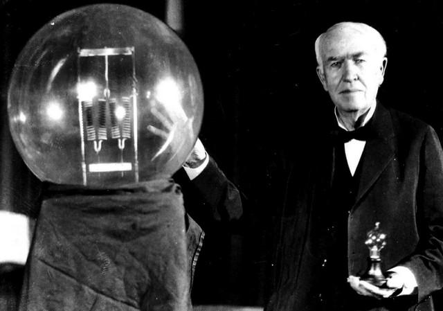 Томас Эдисон со своим изобретением - электрической лампочкой, США, 1912 год.