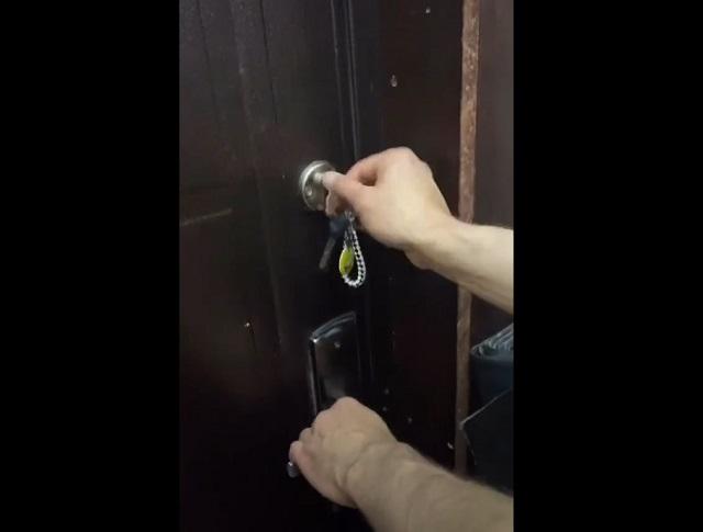 Дверь закрывают на ключ