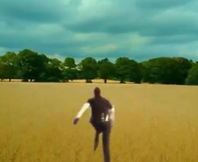 Человек бежит по полю