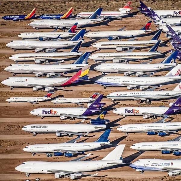 Самолеты на парковке в поле