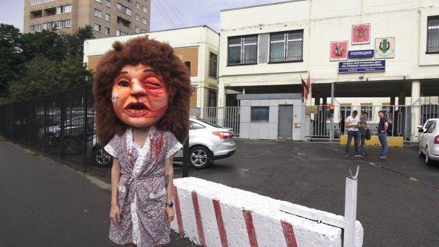 Активистка в костюме с накладной головой