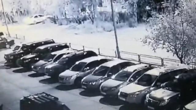 Припаркованные автомобили в городе Мирный