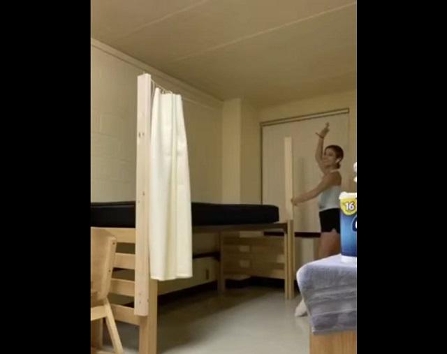 Девушка танцует в комнате